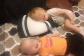 A adormit fetitele si a plecat! Cand s-a intors in camera a inceput sa tipe de ce a vazut