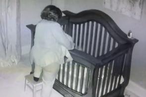 Camera ascunsa a inregistrat cum bunica o aseza in patuc pe nepoata. Ce a urmat insa, este incredibil - FOTO