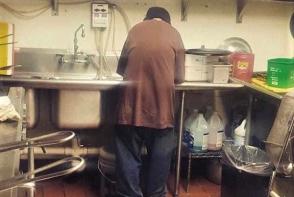 Proprietara unui restaurant a angajat un om al strazii. Ce s-a intamplat  2 saptamani mai tarziu a lasat-o perplexa - FOTO