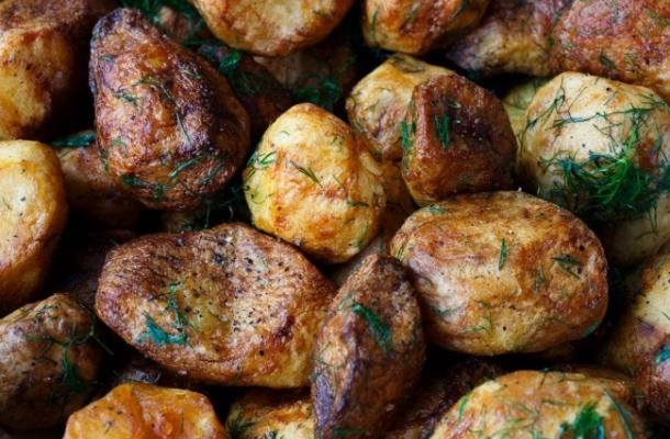 Asa faci cei mai deliciosi si crocanti cartofi la cuptor