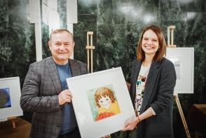 Expozitia Cezarei Kolesnik, un eveniment cald si reusit. Pictorita a vandut 13 tablouri in scop caritabil