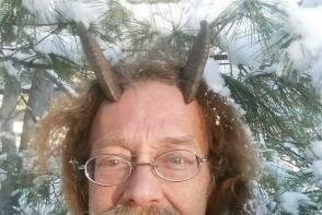 Un american si-a castigat dreptul in instanta de a purta coarne in poza pentru acte. Vezi de ce insista atat de mult sa le poarte - FOTO