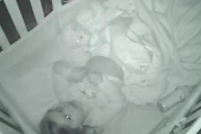 Au culcat fetita in patut, dar mai apoi au auzit sunete ciudate. Ce au descoperit atunci cand au dat volumul mai tare - FOTO