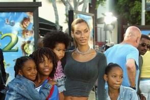 Are 5 copii si 48 de ani, dar silueta ei este perfecta. Uite ce talie subtire are Nicole Murphy, fosta sotie a lui Eddie Murphy - FOTO
