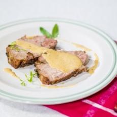 Reteta cu care iti vei da pe spate invitatii: ceafa de porc la cuptor cu usturoi si sos de legume!