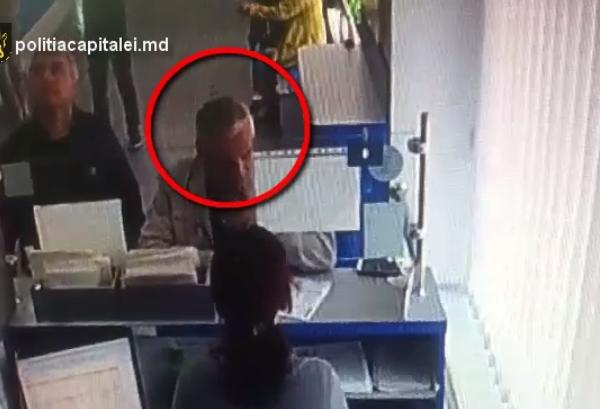 Cautat de politie! Cum fura un barbat telefonul mobil de la un ghiseu: Il acopera cu niste acte, dupa care iese grabit - VIDEO