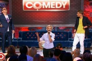 Olga Buzova s-a facut de ras pe scena Comedy Club! A cantat oribil, a incurcat cuvintele si a injurat. Toata sala a ras de ea - VIDEO