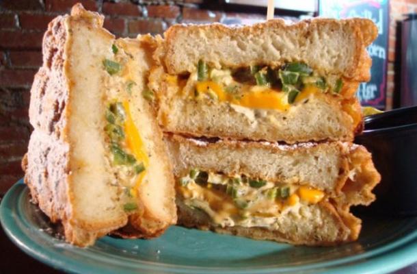 Sandwich grill cu branza si spanac