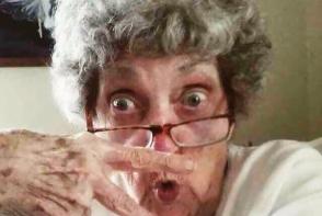 Ele sunt cele mai trasnite bunicute! Isi fac tatuaje, selfie amuzante si bat la tobe - FOTO