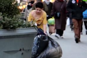 Un copil fara adapost a stat in frig timp de 2 ore, dar nimeni nu i-a sarit in ajutor. Vezi o adevarata lectie de viata - VIDEO