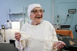 A reusit sa uimeasca lumea medicala! O doctorita de 90 de ani inca face cate 4 operatii pe zi
