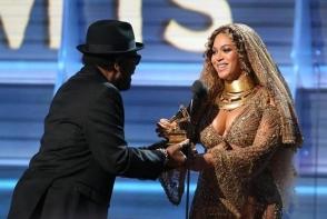 Beyonce, insarcinata cu gemeni, aproape goala pe scena de la premiile Grammy. Tinuta cu care a facut furori - FOTO