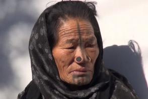 Tribul in care femeilor li se pun dopuri in nas. Care este motivul pentru aceasta practica halucinanta