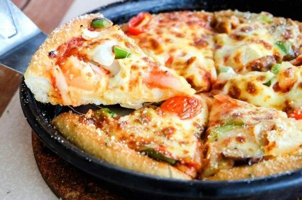 Pizza la tigaie! O reteta delicioasa cu ce ai prin frigider