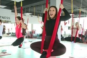 Fly Yoga cu Anna Tulgara! Ce trebuie sa faci ca sa nu zbori din hamac - VIDEO