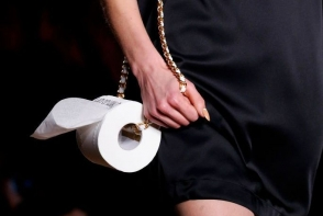 Cea mai ciudata prezentare de moda! Modelele au defilat cu hartie igienica in loc de geanta - FOTO
