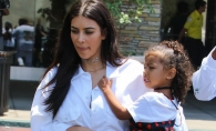 Si-a pozat asa fetita de doar 4 ani si a impartit Internetul in 2 tabere! Kim Kardashian a intrat in gura lumii - FOTO