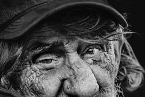Un fotograf a facut senzatie cu pozele alb-negru! Portretele  spun niste povesti dure - FOTO