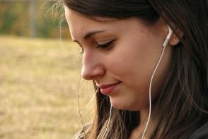 Incredibil: I-au explodat castile in timp ce asculta muzica! O femeie a fost arsa pe fata - FOTO