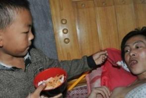 Abandonat de mama, a fost nevoit sa aiba grija de tatal paralizat. La doar 7 ani, a luat toate greutatile pe umerii sai