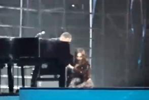 Sofia Rotaru s-a impiedicat si a cazut pe scena, in fata publicului.