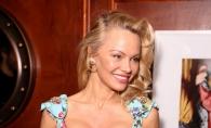 Bust prea generos pentru rochia stramta! Pamela Anderson, intr-o tinuta cu cateva marimi mai mica, in valoare de 4250 de euro - FOTO