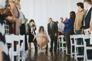 A mers la altar in scaun cu rotile si acolo a uimit toti nuntasii! Afla povestea emotionanta a unei mirese - FOTO