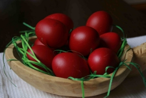 Traditii si obiceiuri in Joia Mare, ziua in care se inrosesc ouale. De ce nu e bine sa iti saruti prietenii si ce patesc fetele lenese
