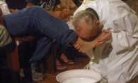 Papa Francisc a spalat picioarele unor detinuti! Cum a fost posibil asa ceva