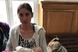 Emotionant! Mama de 24 de ani si-a alaptat bebelusul inainte sa intre in arest - FOTO