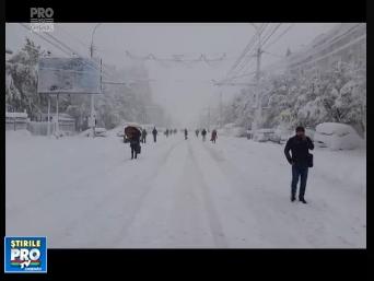 Peisaj desprins parca din alta lume - Moldova sub nameti! Momentul in care zeci de moldoveni au iesit din casa si s-au trezit ca nu au cu ce merge la munca, astfel au luat-o pe jos - VIDEO