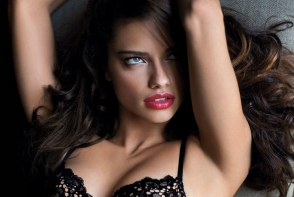 Adriana Lima, super sexy intr-o superba rochie aurie. Aparitia spectaculoasa a supermodelului Victoria's Secret - FOTO