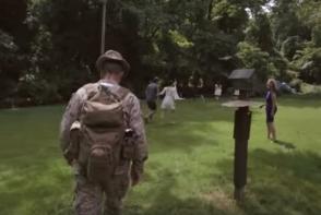Emotionant, pana la lacrimi! Invitatii de la o nunta au ramas uimiti cand au vazut ca un soldat ii urmareste - VIDEO
