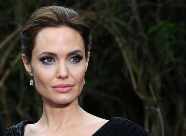 Angelina Jolie arata cu 10 ani mai tanara! Inainte era palida si slaba, dar acum si-a recapatat formele! - FOTO