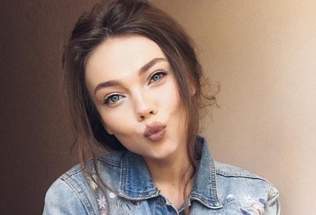 Afla povestea impresionanta de viata a Kristinei Kurachiova, care necatand la boala de care sufera este videoblogher, jurnalist si model - VIDEO
