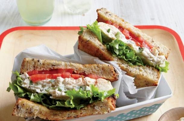 Sandwich cu salata de pui, un deliciu gustos si sanatos