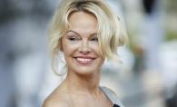 Arata senzational si la 50 de ani. Pamela Anderson a atras privirile tuturor, cu cel mai generos decolteu - FOTO