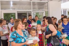 Cadou de ziua lor. Vezi reactia copiilor care mananca pentru prima data macarons de la Dulcinella - VIDEO