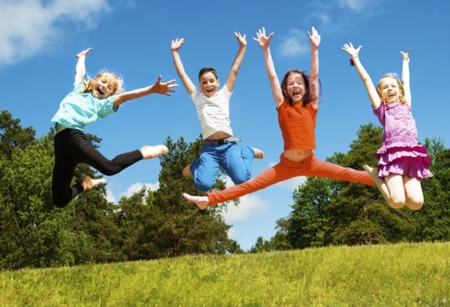Ziua copiilor continua si in acest weekend. Nu rata sansa sa vezi avioane, baloane cu aer cald si multi parasutisti - VIDEO