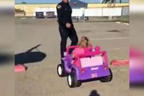 Un politist a oprit o fetita aflata la volanul unei masini! Ce a urmat i-a cucerit pe toti - VIDEO