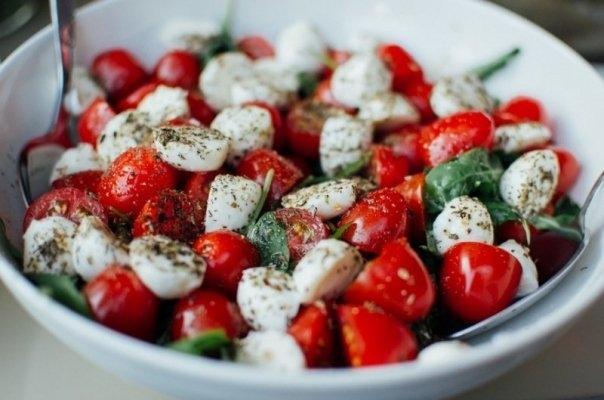 Salata Caprese: cea mai simpla si savuroasa