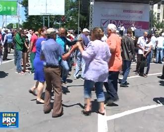 """Miting la Ialoveni in sustinerea modificarii sitemului electoral. Manifestatia parea mai mult un hram al localitatii: """"-Cine a organizat? -Stapanul"""" - VIDEO"""