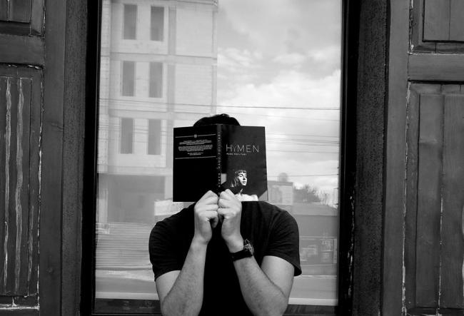 Radu Poclitari este unul dintre curajosii scriitori de la noi. Acesta a ascris o carte plina de erotism, HYMEN - VIDEO