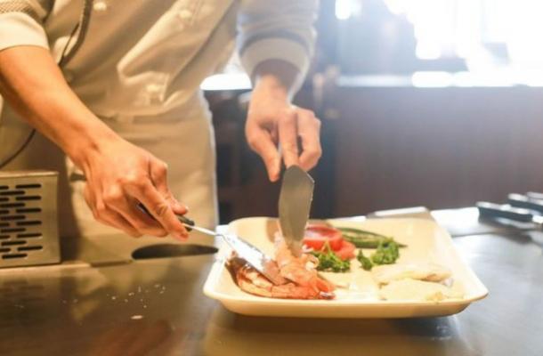 O chelnerita dezvaluie secretul socant din bucataria restaurantelor. Ce pun in mancare