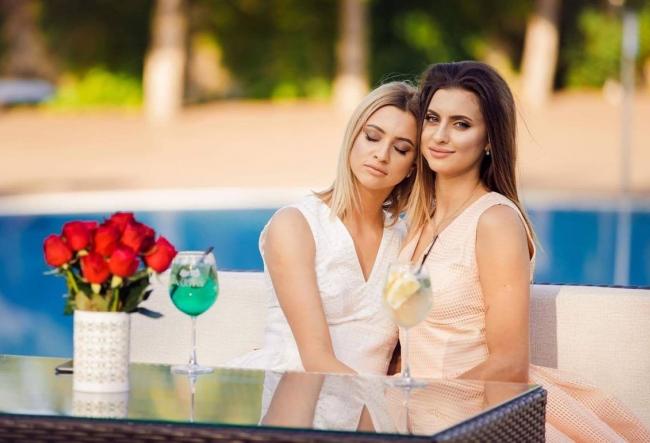 De ziua lor, gemenele Dodon au dat o petrecere luxoasa in hotelul parintilor - VIDEO