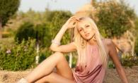 Katalina Rusu s-a lasat fotografiata intr-un lan imens de levantica. Vezi peisajul mirific - FOTO