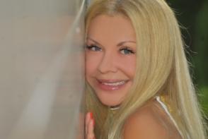 Ludmila Balan, intr-o rochie cu un slit adanc! Cum s-a lasat fotografiata mama lui Dan Balan la poalele muntilor - FOTO