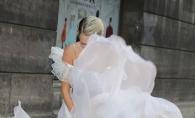A vrut sa semene cu Marilyn Monroe, dar rochia nu a ascultat-o! Iata cum s-a facut de ras o vedeta pe covorul rosu - FOTO