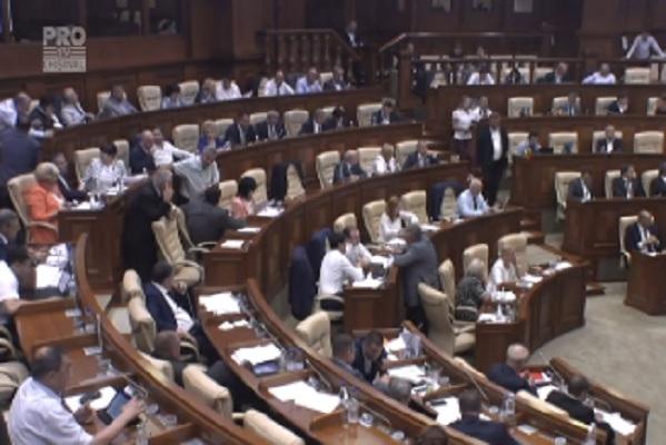 Democratii au transformat tara intr-un cazino, a spus in parlament Maria Ciobanu. Schimb de replici intre deputati in timp ce dezbateau un proiect de modificare a legii jocurilor de noroc - VIDEO