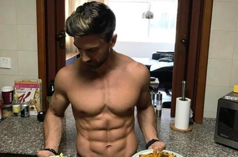 Sexy la bucatarie! Modelul Victor Suiu a trezit admiratia gospodinelor si invidia barbatilor, pregatind o cina delicioasa, de burlac! Iata reteta
